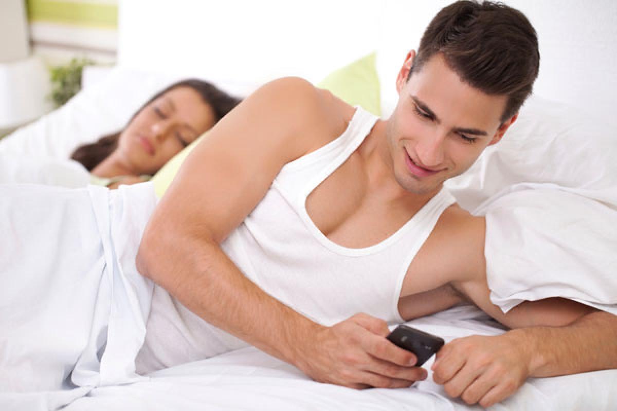 آیا گوشیهای هوشمند باعث خیانت همسران به یکدیگر میشود؟
