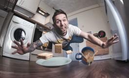 یک عکس سلفی خاص از افتادن یک مرد در آشپزخانه!