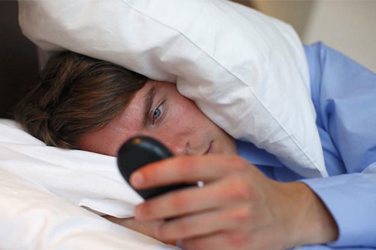 آیا مشکل بیخوابی دارید؟ پس نمایشگر گوشی خودتان را کوچک کنید!