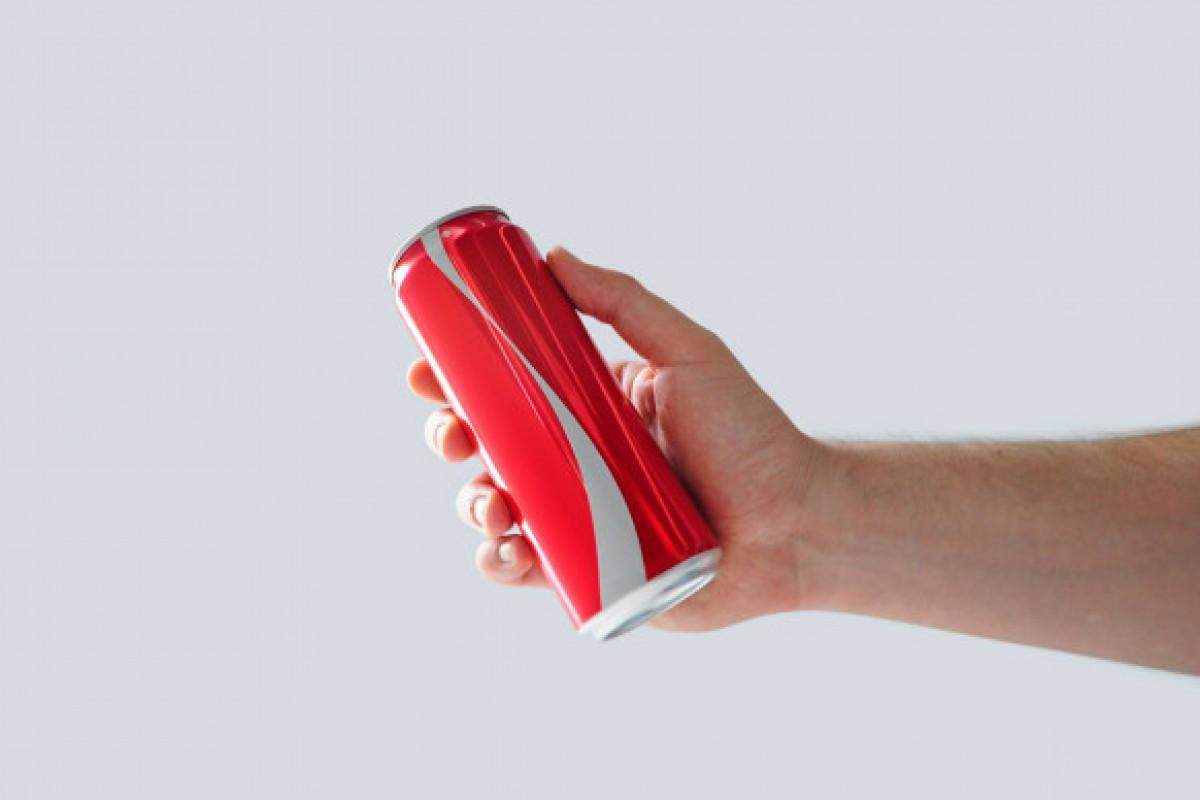 کوکاکولا به مناسبت ماه رمضان لوگوی خود را از روی بطریهایش پاک کرد؛ اما چرا؟