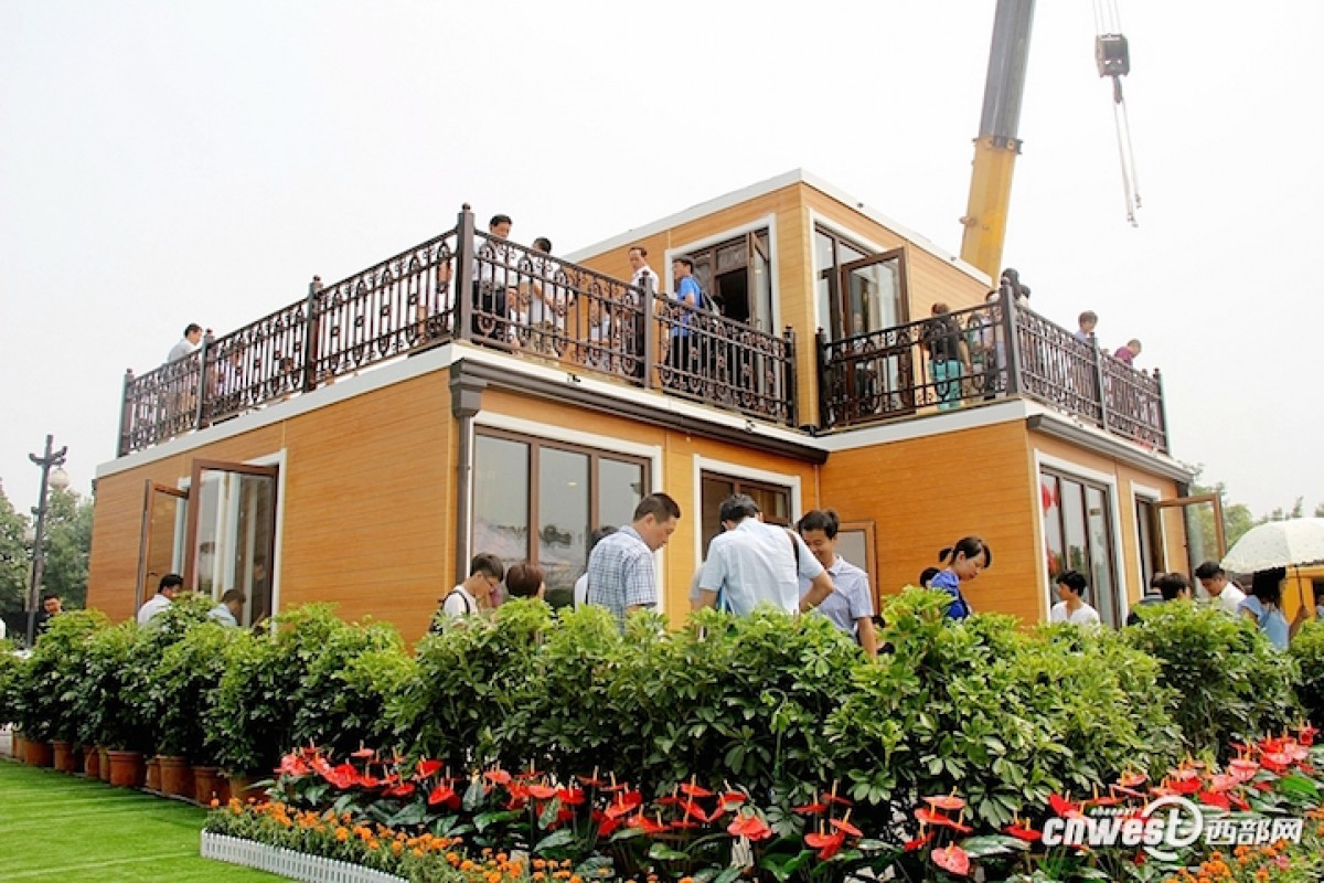 خانه دو طبقه و مستحکمی که تنها در ۳ ساعت ساخته شد (به همراه تصاویر)