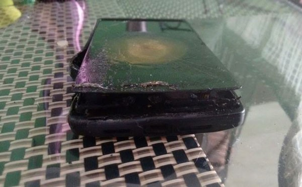 OnePlus-One-unit-allegedly-explodes-while-charging-(2)