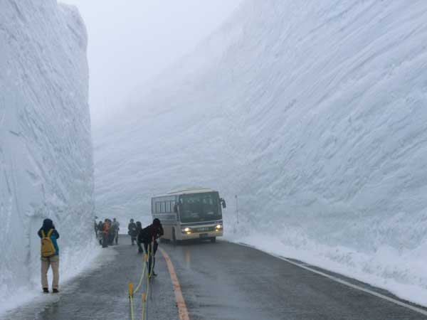 bus-travels-through-snow-drift-in-japan-1024x768
