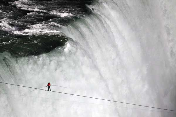 tightrope-walker-nik-wallenda
