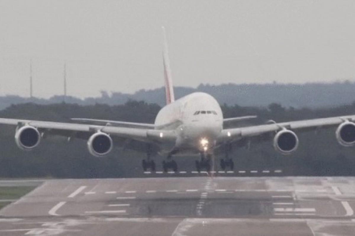 فرود عمودی بزرگترین هواپیمای مسافربری دنیا با وجود وزش باد مخالف!
