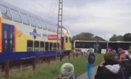 تماشا کنید: برخورد قطار آلمانی با اتوبوس مدرسه!