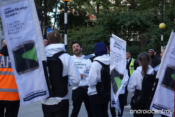 Samsung-employees-with-nbspThe-iTch-To-Switch-banners-outside-of-Apples-flagship-store-in-London-(2)