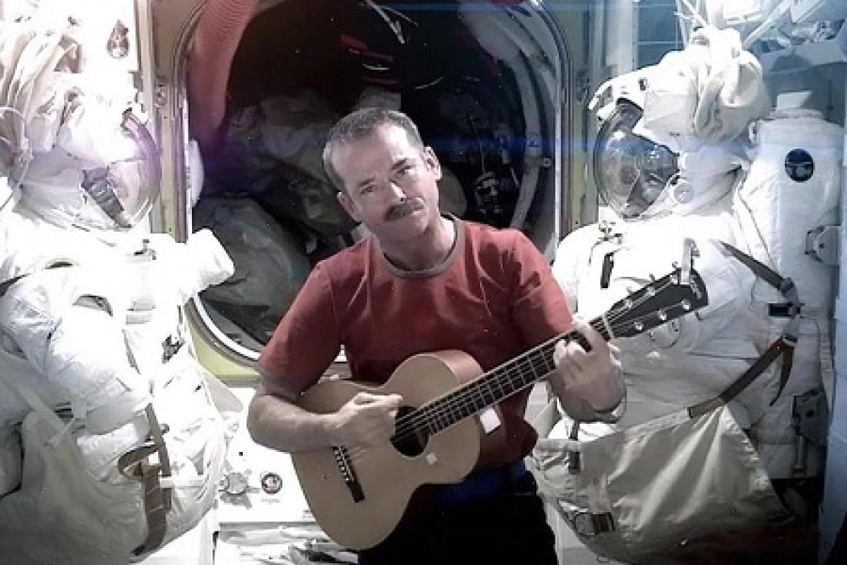 چرا گیتار زدن در فضا سخت است؟!