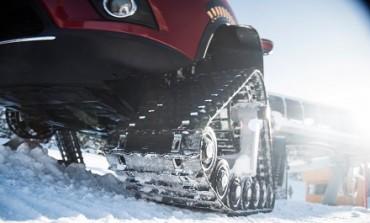 خودروی نیسان با زنجیرهای تانک بر روی برف فرمانروایی میکند