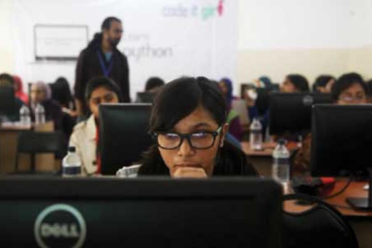 دستمزد زنان برنامهنویس کامپیوتر ۵.۴ درصد از برنامهنویسان مرد کمتر است