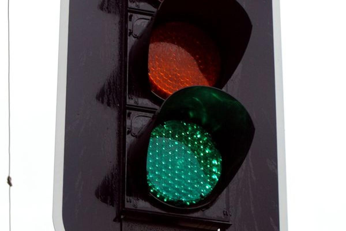 چراغ راهنمایی و رانندگی چگونه به وجود آمد و چرا از سه رنگ در آن استفاده میشود؟!
