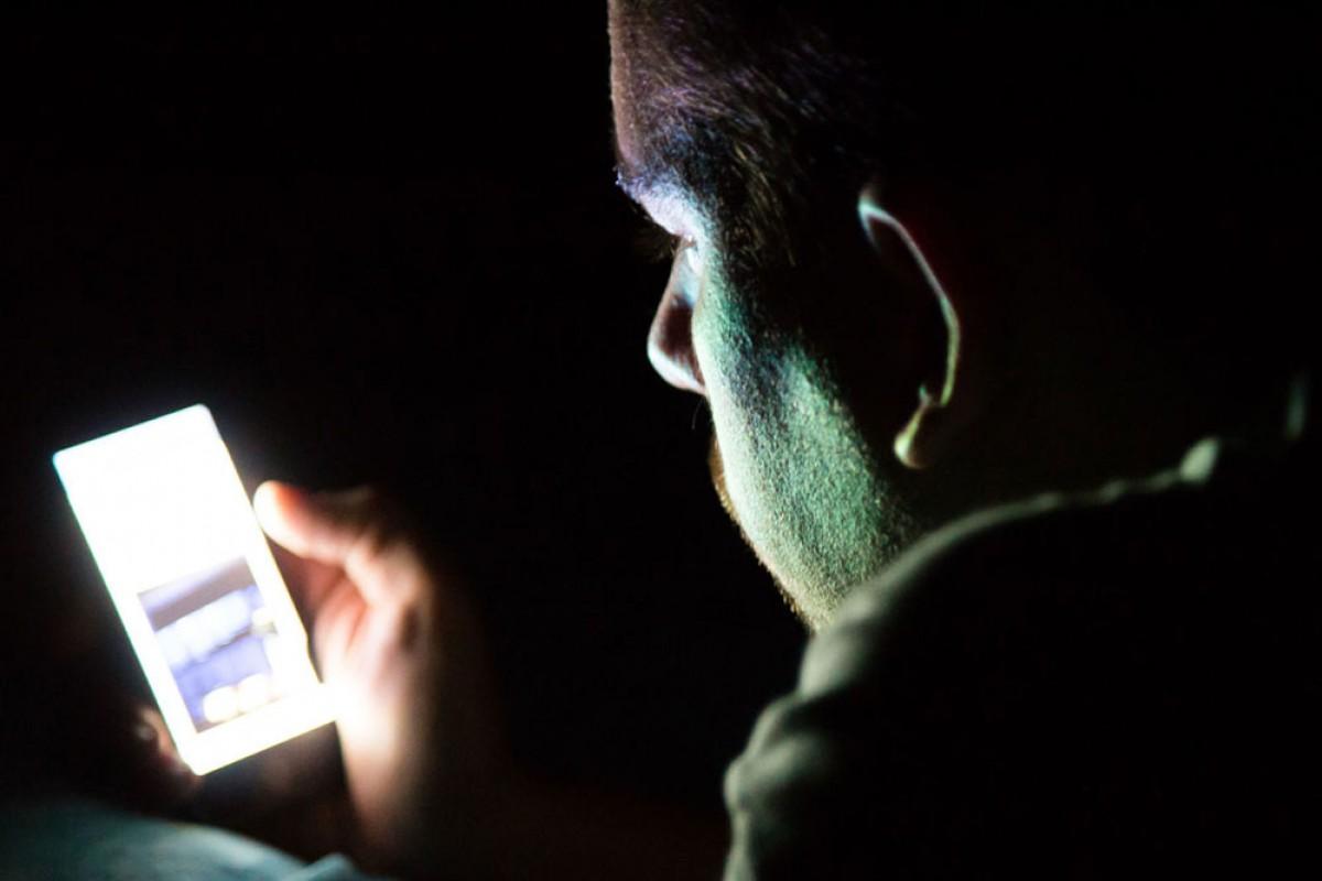 کاربرانی که هنگام خواب به گوشی نگاه میکنند، ممکن است موقتا نابینا شوند!