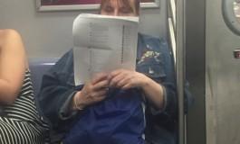 پرینت گرفتن از کامنتهای فیسبوک برای مطالعه در مترو توسط یک زن آمریکایی!