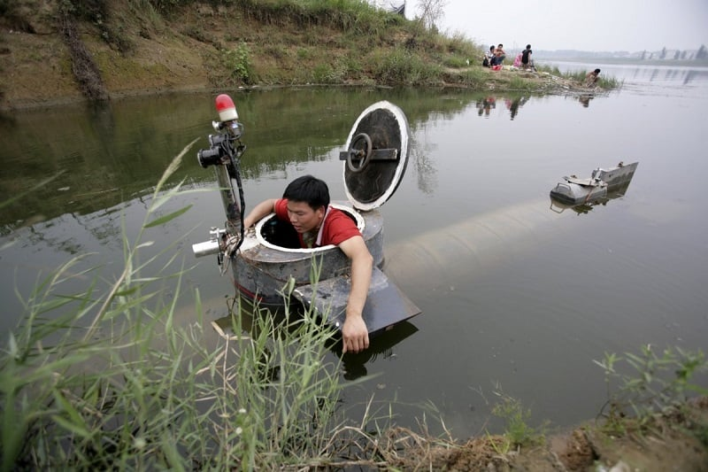 tao-xiangli-gets-out-of-his-homemade-submarine-after-operating-it-in-a-lake-on-the-outskirts-of-beijing-september-3-2009