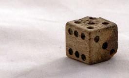 از نگاه ریاضی، یک تاس عادلانه چه ویژگیهایی باید داشته باشد؟