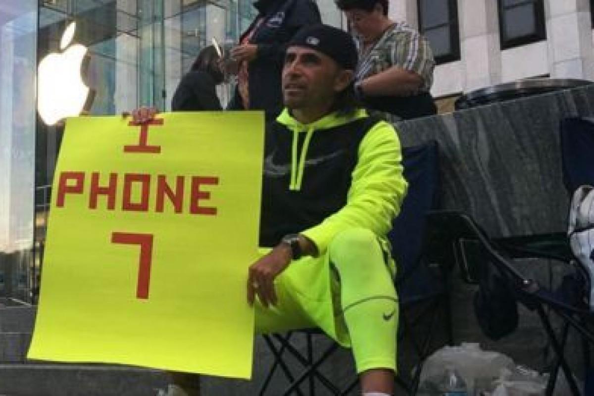 مردی ۲۳ روز در مقابل فروشگاه اپل برای خرید آیفون ۷ پلاس منتظر ماند!