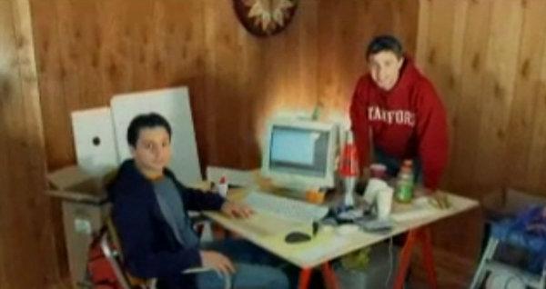 """گوگل کار خود را از ۱۹۹۶ شروع کرد، هنگامی که دو دانشجوی PhD در استنفورد همدیگر را ملاقات کردند. سرگی برین (سمت چپ) و لری پیج (در سمت راست) ایدهای داشتتند که به کمک هم عملی کردنش را آغاز کردند؛ """"BackRub"""" موتور جستجویی انقلابی که از نوعی فناوری با نام """"PageRank"""" استفاده میکرد. PageRank صفحات را بر اساس این که چه تعداد لینک از صفحات دیگر به این صفحه داده شده، نمایش میداد."""