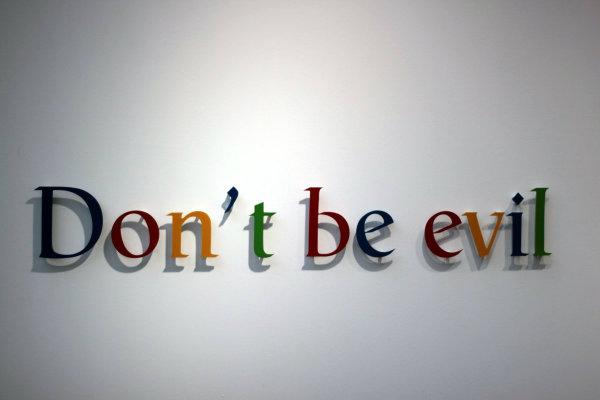 """در سال ۲۰۰۰ که گوگل درآمد زایی را شروع کرد، گوگل شعار یا فلسفه مشهور اما غیر رسمی خود را داشت: خبیث نباش! مدیرانش معتقد بودند: """"ما به طور قطع باور داریم که در دراز مدت، به وسیله شرکتی که به نفع جهان کار میکند مقبولتر میشویم- چه به عنوان سهام داران و چه عناوین دیگر- حتی اگر از اهداف کوتاه مدتمان صرف نظر کنیم."""""""