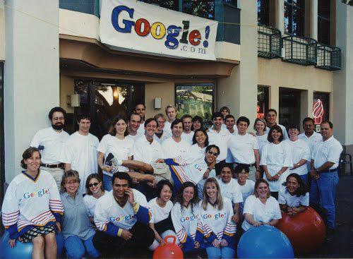 در همان دوران تیم گوگل در پالو آلتو در حال گسترش بود، بنابراین در ۲۰۰۳ گوگل مکانهایی را که حالا با نام کمپ Googleplex شناخته میشوند از مدرسه فناوری Silicon Graphics International اجاره کرد و در سال ۲۰۰۶ به حدی رسید که میتوانست همه این کمپها را بخرد.