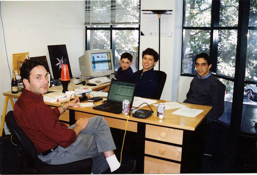 پیج و برین تصمیم گرفتند تا گوگل را به یک تجارت تبدیل کنند. در مارس ۱۹۹۹ گوگل به اولین دفتر رسمی خود (که ظاهر یک دفتر کار را داشت) در خیابان 165 University در پالو آلتو منتقل شد. در همان ساختمانی که بعدها کمپانیهای PayPal و Logitech در آن ساکن شدند.