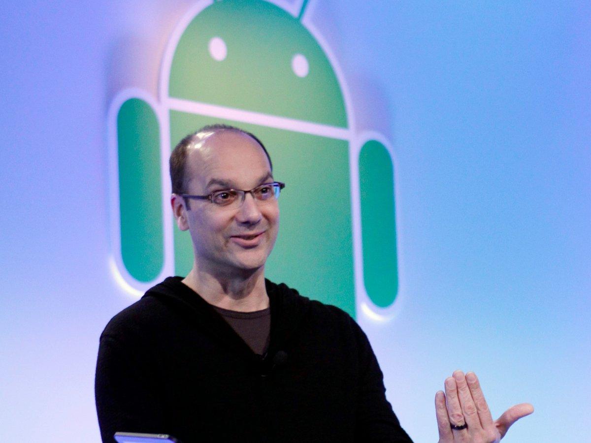 در سال ۲۰۰۵، گوگل یک استارتآپ کوچک را خرید که برای دوربینهای دیجیتال سیستم عامل تولید میکرد. این استارتآپ اندروید نام داشت و توسط اندی رابین رهبری میشد.