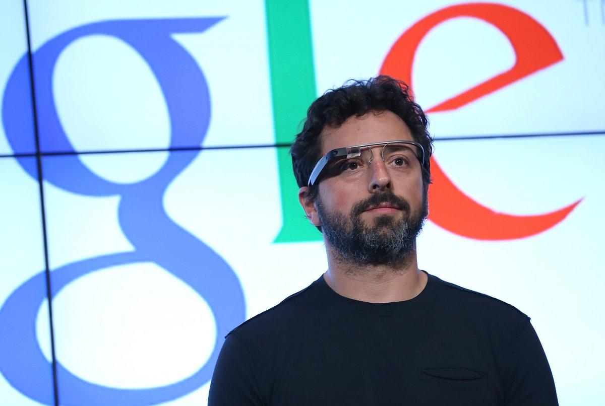 در ۲۰۱۲ گوگل عینک هوشمند خود را معرفی کرد، یک ابزار پوشیدنی هوشمند که اطلاعات و دادهها را جلوی چشم ما قرار می دهد. با وجود این که این محصول آن چنان که مردم انتظار داشتند راه خود را به زندگی روزمره باز نکرد، اما دنیا را تحت تاثیر قرار داد.
