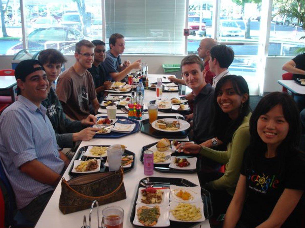 به علاوه، گوگل اولین کمپانی بزرگ دنیای فناوری بود که به کارمندانش غذای رایگان میدهد. کافه تریا گوگل پر بود از استعدادهای دره سیلیکون.