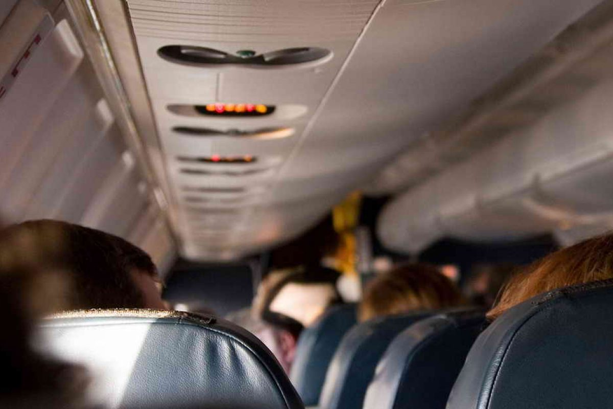 چرا خدمه هواپیما هنگام فرود نور کابین را کم میکنند؟