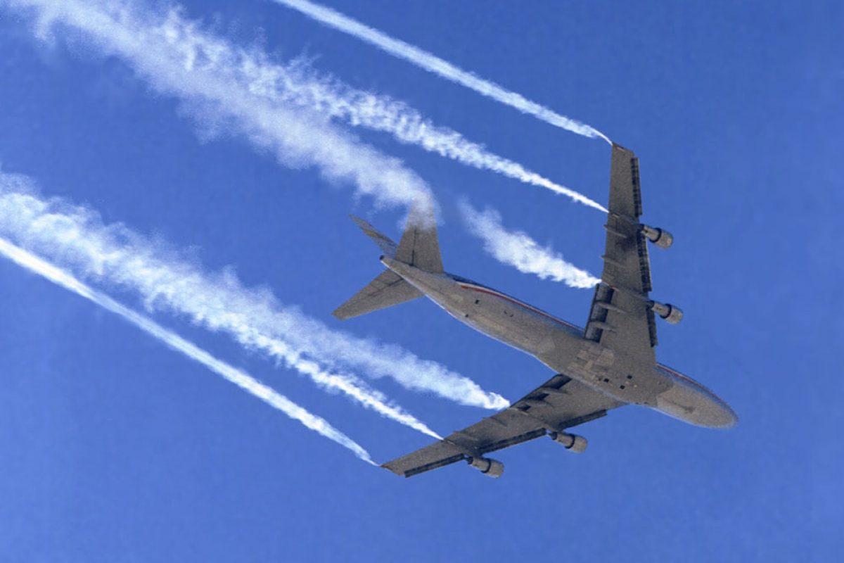 دود سفید ایجاد شده در پشت هواپیماها به چه دلیل است؟