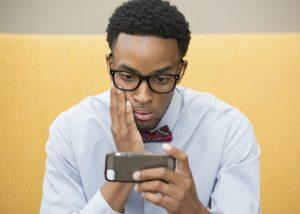 مطالعات جدید نشان میدهد که نزدیکی زیاد به گوشی هوشمند، اثرات مخربی در پی دارد