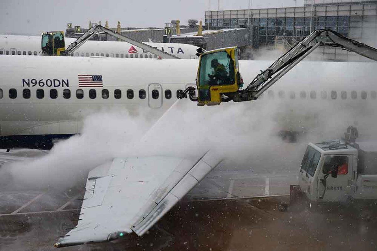سطوح هواپیما را چگونه یخزدایی میکنند؟!