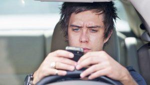 اکثر افراد هنگام رانندگي از گوشيشان استفاده ميکنند