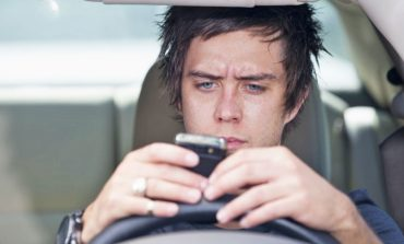 اکثر افراد هنگام رانندگی از گوشیشان استفاده میکنند