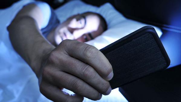آیا واقعا باید تلفن همراه را برای حفظ سلامتی در هنگام خواب، خاموش کرد؟