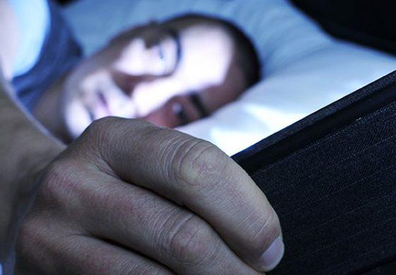روش درست استفاده از تلفن همراه در رختخواب بدون اینکه مانع برهم زدن خوابتان شود