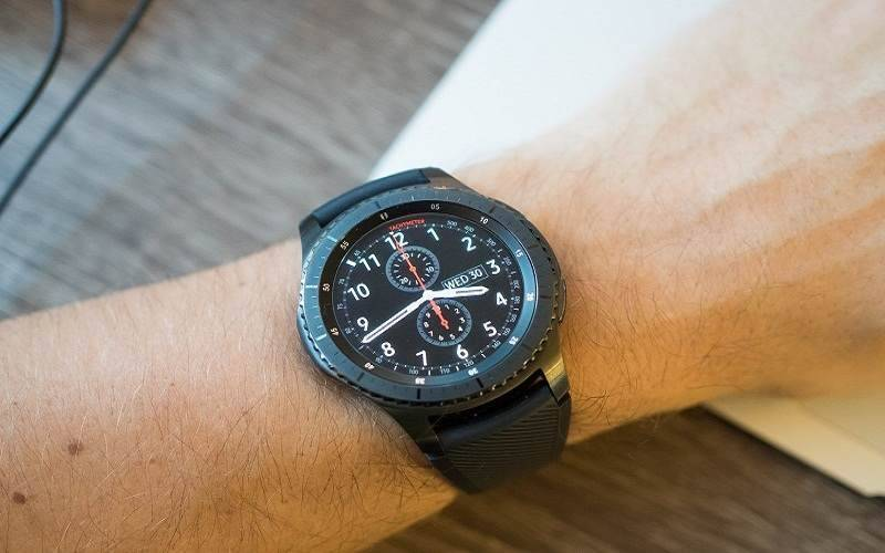 gear-s3-frontier-on-wrist-table-compressed تمام چیزی که باید در مورد Gear S4 سامسونگ بدانید!