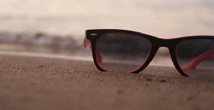 sunglasses-for-men-in-beach-style 10 قانون برای داشتن یک استایل مردانه تابستانی