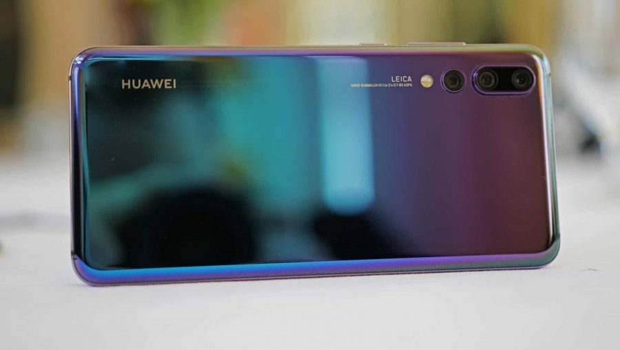 Huawei-P20-Pro-on-Table-e1536570782582 آینده عکاسی با موبایل چگونه خواهد بود؟ آیا همه چیز به دوربینهای چندگانه بستگی دارد؟!
