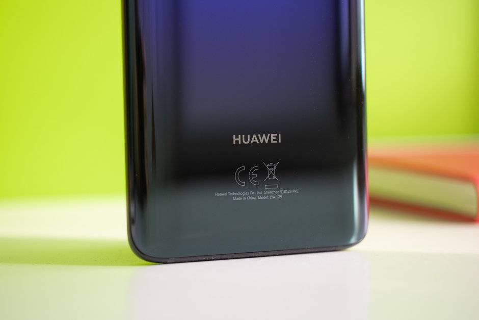 Huawei-trolls-Apple-and-Samsung-claims-it-would-never-slow-down-phones باز هم هواوی از خجالت رقبای خود درآمد؛ ما گوشیهای قدیمی خود را کند نمیکنیم!