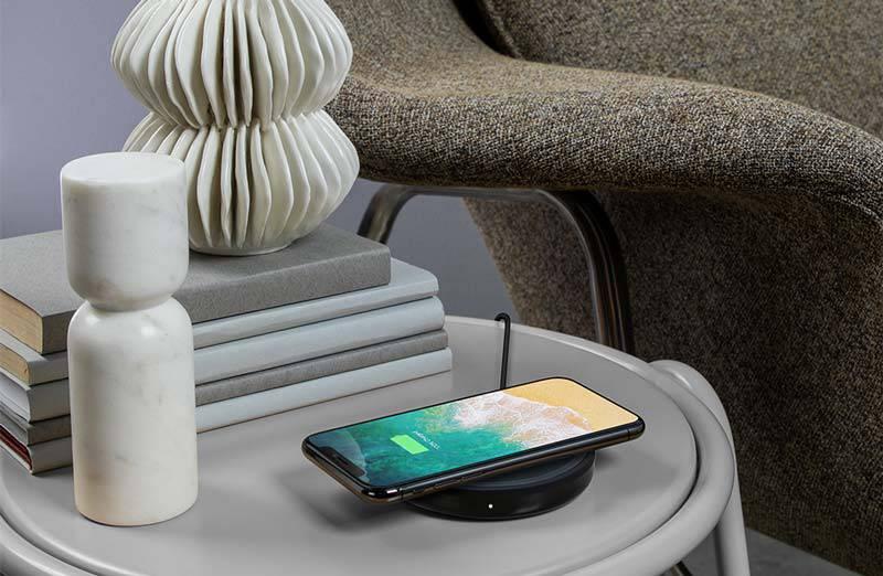 belkin-F7U050xxBLK-boostup-bold-wireless-charging-pad-lifestyle-living-room-1000x1000 آیا شارژ بیسیم گوشیهای هوشمند واقعا یک ویژگی کاربردی است؟!
