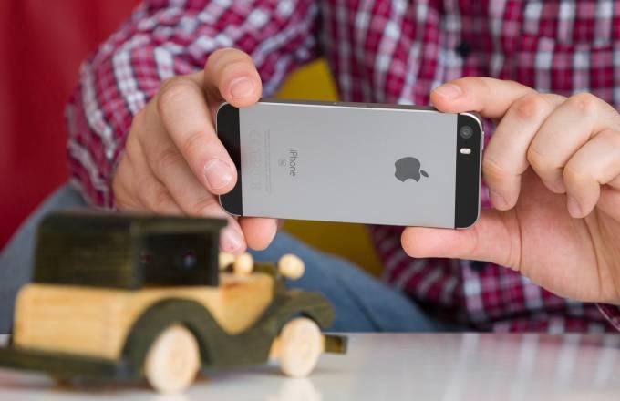 iPhone-SE-review-back با مرگ آیفون SE دوران شکوهمند گوشیهای کامپکت به سر رسید!