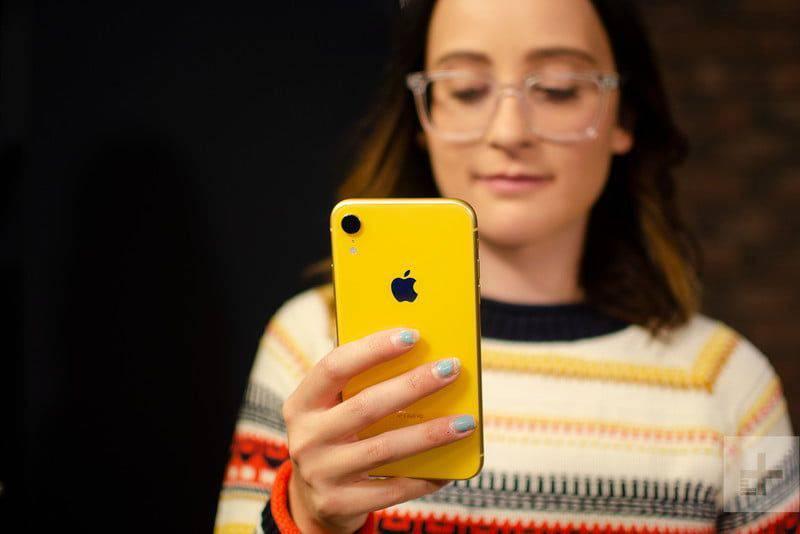 iphone-xr-review-holding-800x534-c 4 دلیل برای اینکه آیفون XR اپل را بخریم