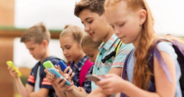 image فناوری در مدارس؛ آیا استفاده از اسمارتفونها ذهن دانشآموزان را کند میکند؟