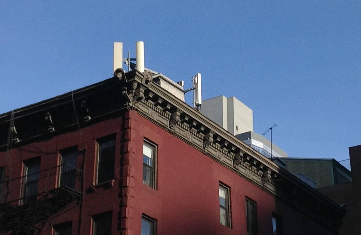 IMG_3691 یک ارزانی سودجویانه: منازل مجاور آنتنهای موبایل را گران بفروشید