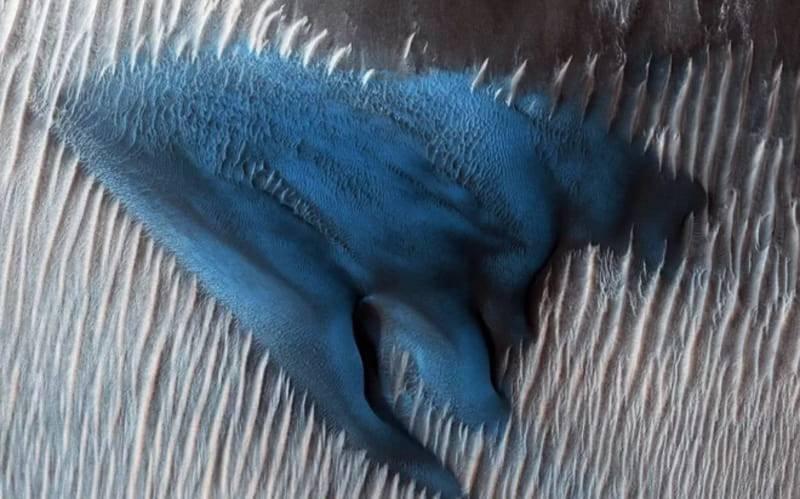 aHR0cDovL3d3dy5zcGFjZS5jb20vaW1hZ2VzL2kvMDAwLzA3Ny8zMzYvb3JpZ2luYWwvbWFydGlhbi1zYW5kLWR1bmUuanBn تصویر فریبنده ناسا از تپه شنی آبی رنگ در مریخ!