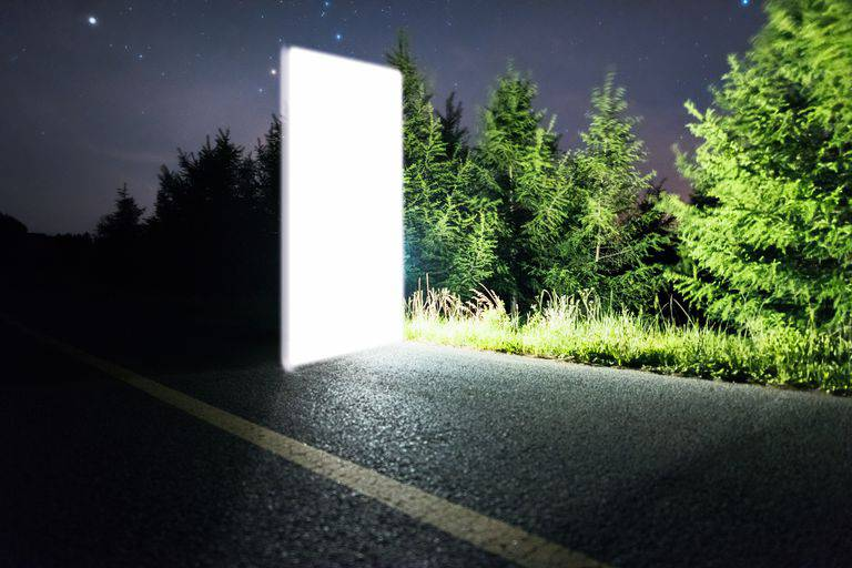 futuristic-bright-door-to-space-royalty-free-image-926216416-1544568169 آیا سفر به آینده یا بازگشت به گذشته امکان پذیر است؟!