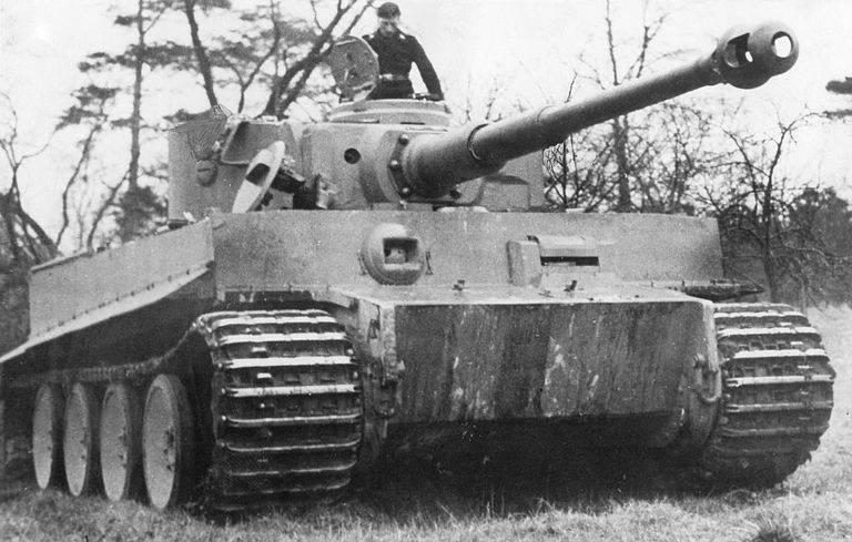 german-armay-armoured-corps-a-heavy-tank-vi-tiger-front-news-photo-549025205-1545336787 آیا تانکهای مشهور تایگر واقعا قدرتمند و ترسناک بودهاند؟