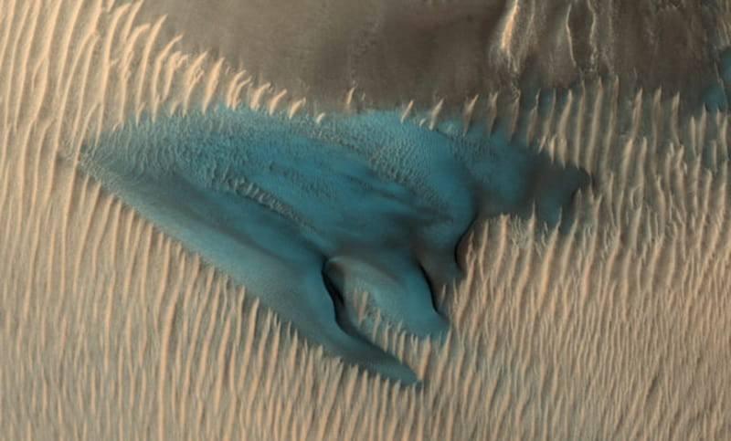nasa-blue-dune-mars-640x386 تصویر فریبنده ناسا از تپه شنی آبی رنگ در مریخ!
