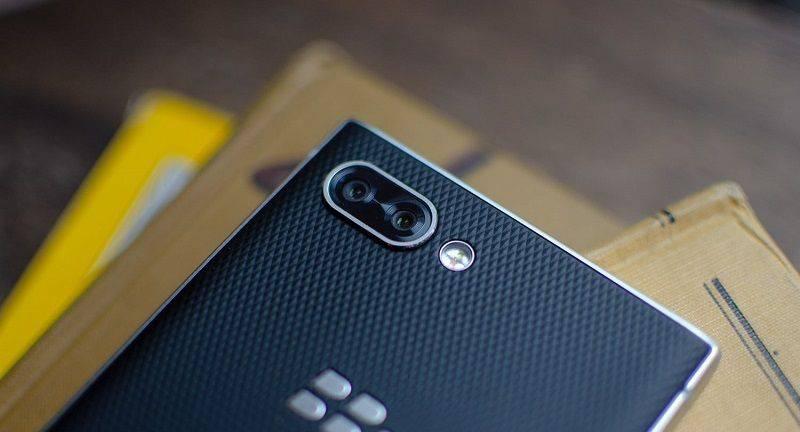blackberry-key2-hands-on-angle-lens-1500x1000 4 دلیل برای اینکه بلکبری Key2 را بخریم