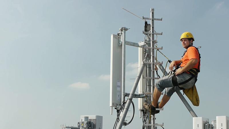 elevation-worker-resting-after-work-on-a-base-transceiver-station-antenna_nklsg7tgl__F0007 نتایج افزایش آنتنهای BTS در سطح شهر: سیگنال بهتر و اینترنت پرسرعتتر